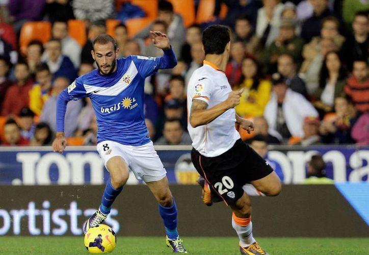El Valencia de Guardado (d) ha caído al sitio 11 en la clasificación general de la Liga de España. (EFE)