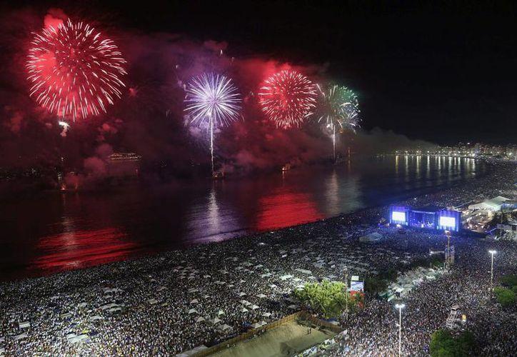 Fotografía facilitada pork Riotur de una vista general de los fuegos pirotécnicos en la playa de Copacabana hoy, miércoles, durante celebraciones de Año Nuevo 2014. (EFE)