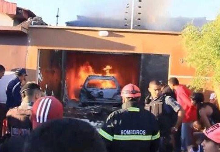 Milagrosamente, tres personas que se encontraban en la casa resultaron ilesas, pese a que el tejado fue parcialmente destruido. (Foto: http://www.minutouno.com)