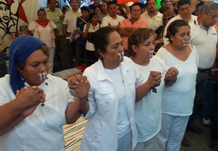 Para no probar líquidos, las enfermeras de Chiapas se taparon la boca con material de curación. (Abraham Jiménez López).