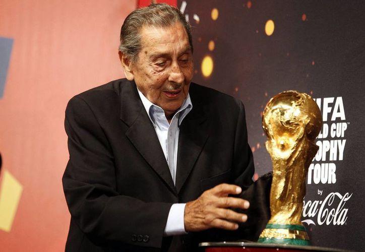 En la imagen, el exfutbolista uruguayo Alcides Ghiggia, último superviviente de la final del Mundial de 1950 y autor del gol con el que Uruguay se llevó el título en el célebre Maracanazo. (EFE/Archivo)