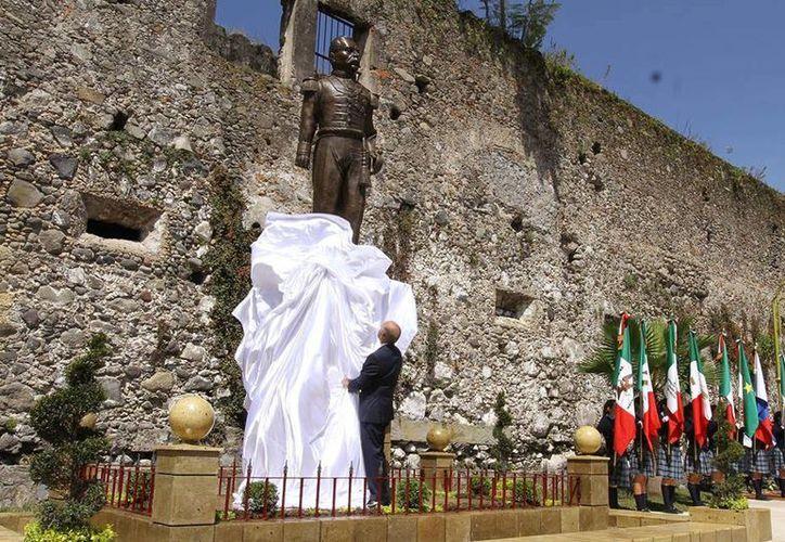 Hubo gritos de 'asesino' durante la ceremonia en la cual se develó la estatua de Porfirio Díaz, un personaje clave, pero a la vez polémico en la historia nacional. (Facebook/Ayuntamiento de Orizaba)