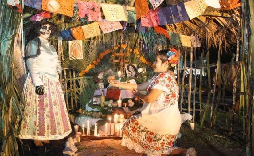 En el altar maya se coloca el tradicional mucbipollo para los difuntos. (Archivo/SIPSE)