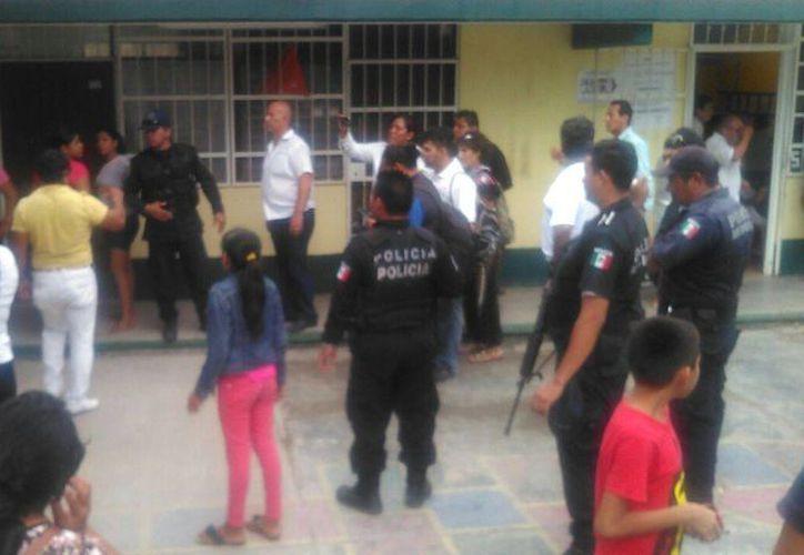 La Policía tuvo que revisar las 12 casillas instaladas en la primaria David Alfaro Siqueiros de Puerto Morelos para guardar el orden. (Redacción/SIPSE)