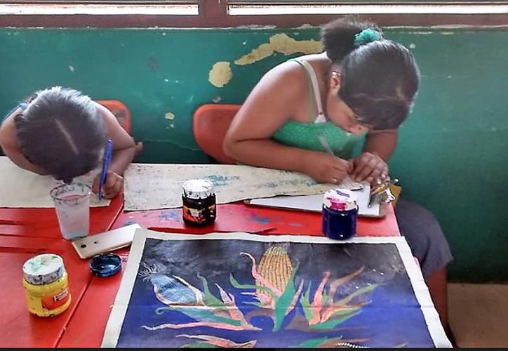 Pinturas hechas por niños de Bacalar serán expuestas en Francia. (Javier Ortiz/SIPSE)