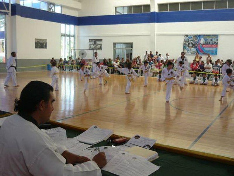 El Profr. Arturo Briceño, en el examen de grado de alumnos de Progreso. (SIPSE)