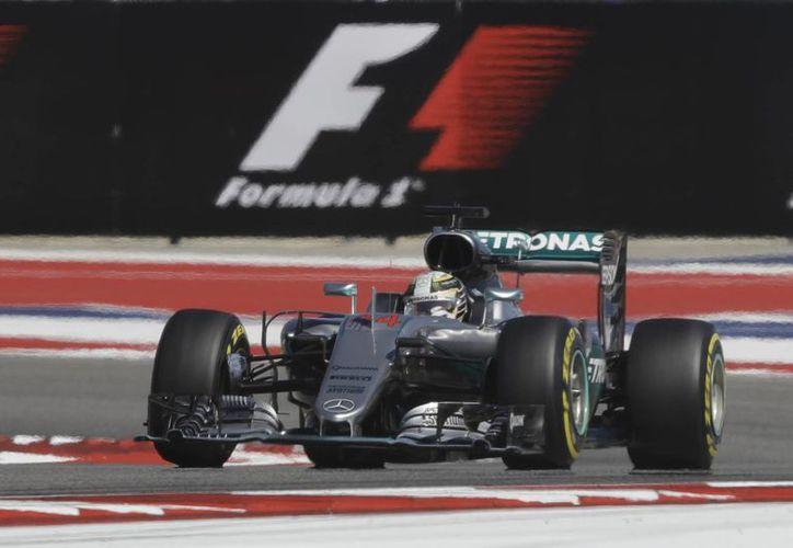 EI británico Lewis Hamilton rompió la marca de 1:35 minutos en el Circuito de las Américas al bajar el crono a 1:34.999, suficiente para frenar el último embate del líder del mundial, el alemán Rosberg. (AP)