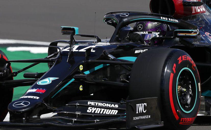 Lewis Hamilton voló en el mítico circuito de Silverstone en su país natal. Impuso récord de pista con un tiempo de 1'24''303. (Foto: AP)