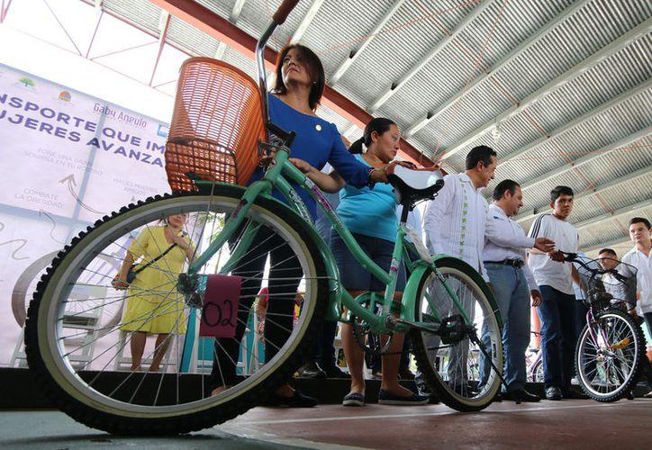 """""""Transporte que Impulsa Mujeres Avanzando"""" va por la entrega de mil 500 bicicletas. (Foto: Gustavo Villegas)"""