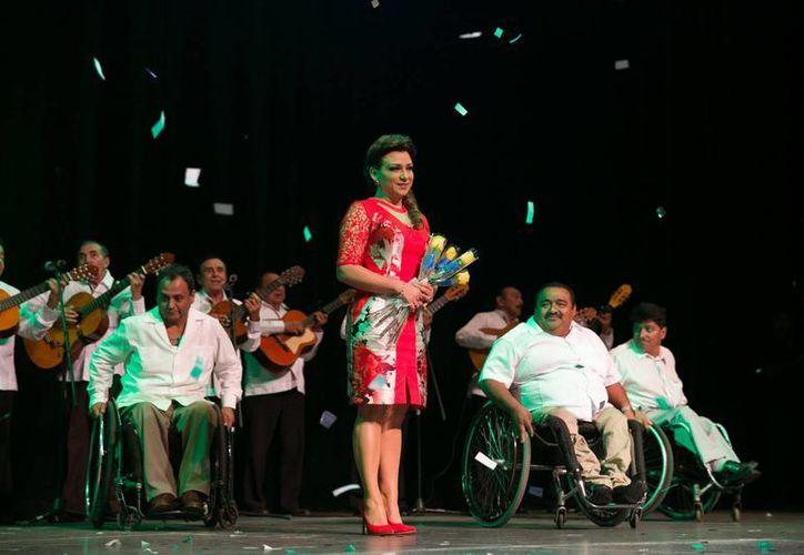 Sara Blancarte, titular del DIF estatal, durante el tercer informe de actividades. (Fotos cortesía del Gobierno de Yucatán)