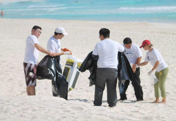 A las ocho horas las primeras personas que conformaron las 30 brigadas, arribaron a playa Las Perlas. (Francisco Gálvez/SIPSE)