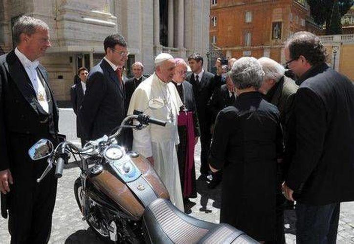 Harley Davidson regaló al papa Francisco una moto para conmemorar el 110º aniversario de la marca estadounidense. (EFE)