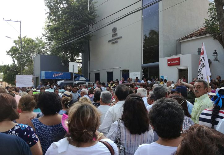 """Jubilados y pensionados del Issste exigieron en protesta pública el pago """"completo"""" de sus salarios, ya que con la reforma que los basa en Umas se recortaron un 6 por ciento. (Jorge Acosta/SIPSE)"""