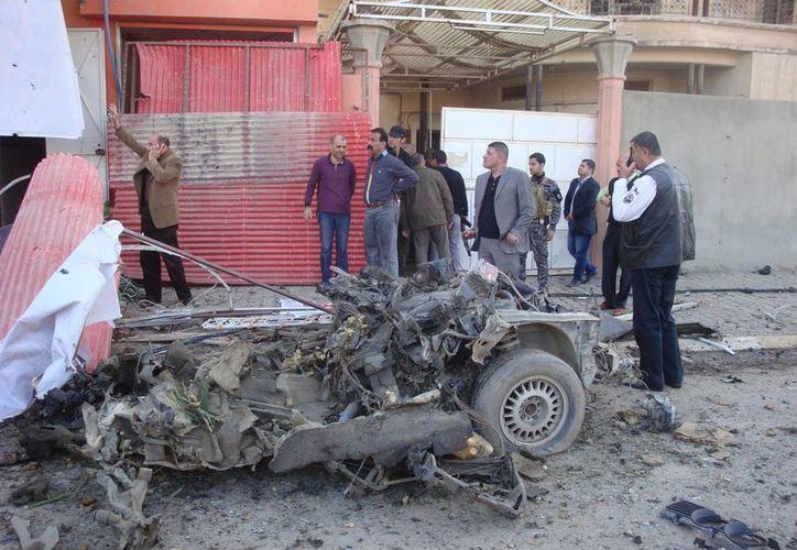 Policías inspeccionan el sitio donde explotó uno de los autos bomba. (EFE/Archivo)