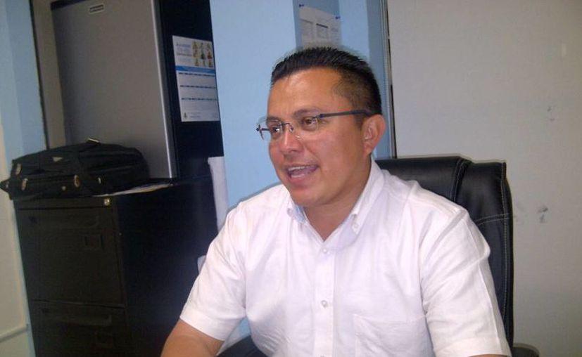 El regidor Juan Barea Canul, presidente de la Comisión de Mercados, informó de los permisos para la venta de pirotecnia en Mérida. (SIPSE)