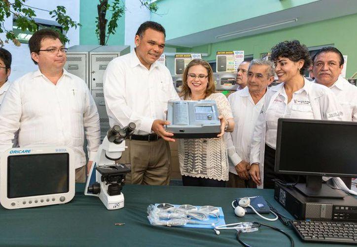 El gobernador Rolando Zapata Bello entrega equipamiento a trabajadores de la Secretaría de Salud de Yucatán. (SIPSE)