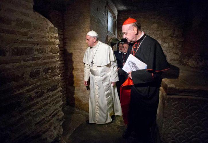 El pontífice permaneció pasó bastante tiempo rezando ante la tumba de Karol Wojtla en la Capilla de San Sebastián de la Basílica de San Pedro. (EFE)