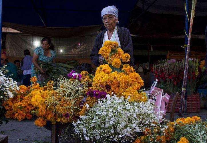 Los pasillos de los mercados se visten de colores para estas fechas, en las que los mexicanos recuerdan a los difuntos con hermosas ofrendas. (Notimex)