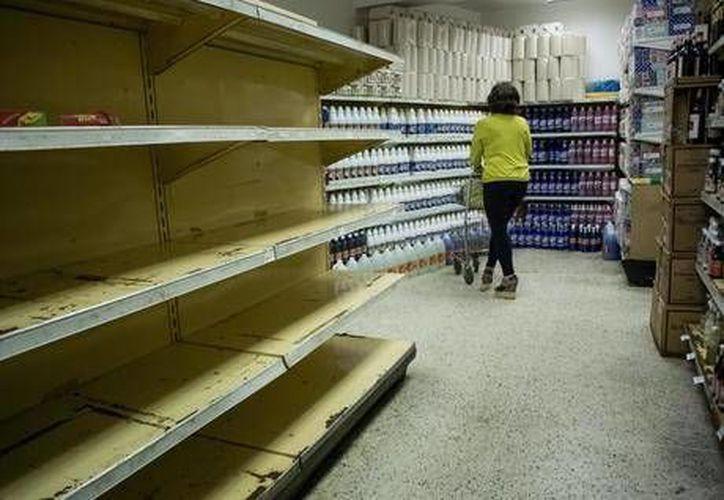 Desabastecimiento y precariedad alimentaria, una realidad diaria en Venezuela. En la foto, un supermercado de Caracas con sus repisas vacías. (ansalatina.com)
