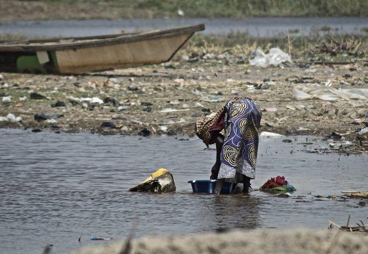 Una mujer  en la orilla chadiana del lago Chad, de la que muchos de sus habitantes han huido hacia el interior del país. (EFE)