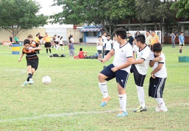 Este viernes inició una verdadera fiesta de futbol en el Colegio Cumbres: el Soccer Fest 2015. (Jorge Acosta/SIPSE)