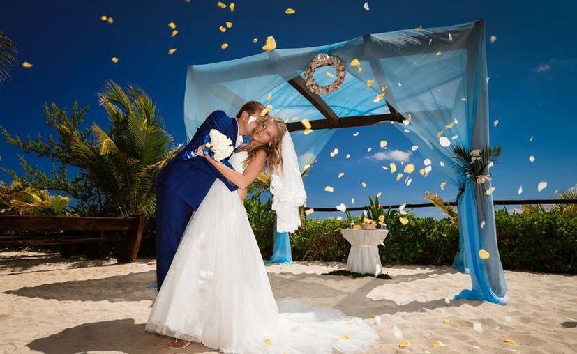 En Playa del Carmen se ofrecen paquetes completos para los extranjeros que elijen casarse en sus arenales.  (Redacción/SIPSE)