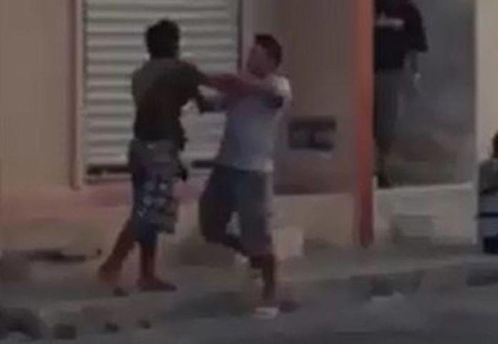 Captura de pantalla del video que protagonizan dos sujetos a las puertas de un bar en Progreso. (Óscar Pérez/SIPSE)