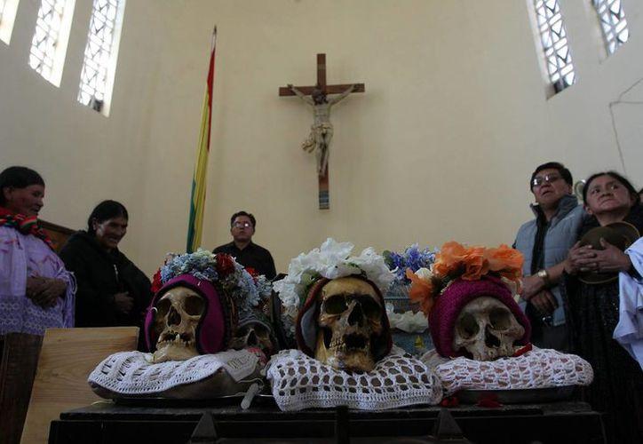 Indígenas aimaras esperan la misa de las Ñatitas, eL sábado 8 de noviembre de 2014, en el cementerio de La Paz, escenario para la mezcla de fe en los poderes de calaveras y la fe cristiana. (Foto: EFE)