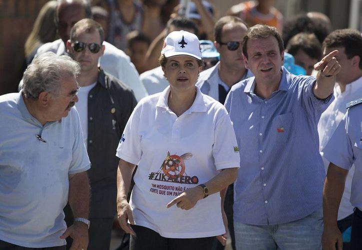 La presidenta Dilma Rousseff  visitó las casas de la comunidad de Zepelín, donde puso en marcha una campaña contra el zika, en Brasil. (AP)