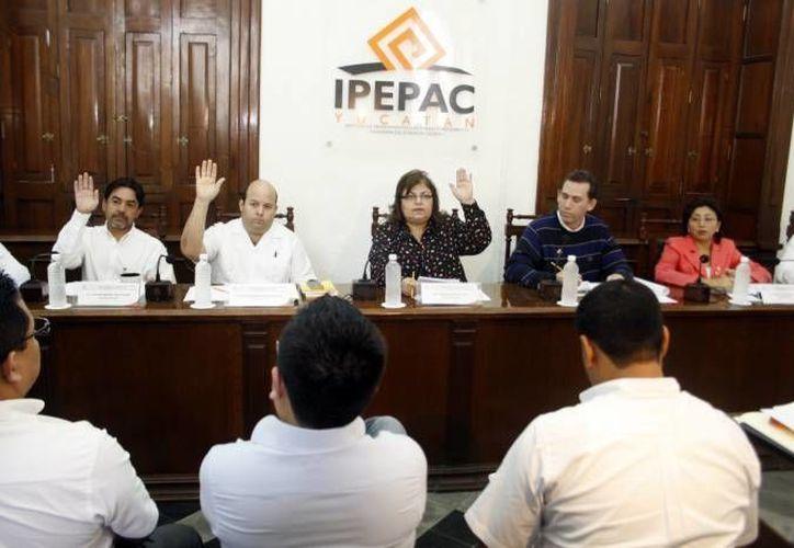 Lissette Guadalupe Cetz Canché (extremo derecho) quedó como integrante del Tribunal Electoral de Yucatán para las elecciones 2015. (SIPSE/Archivo)