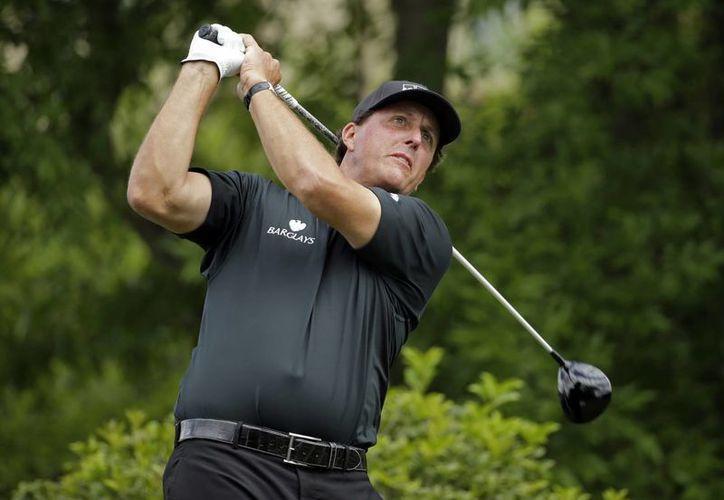 El golfista californiano Phil Mickelson se mantuvo este viernes como líder del Abierto Británico. (AP)