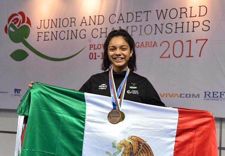 La esgrimista se adjudicó la medalla de oro en el Campeonato Mundial Juvenil en Bulgaria. (Raúl Caballero/SIPSE)