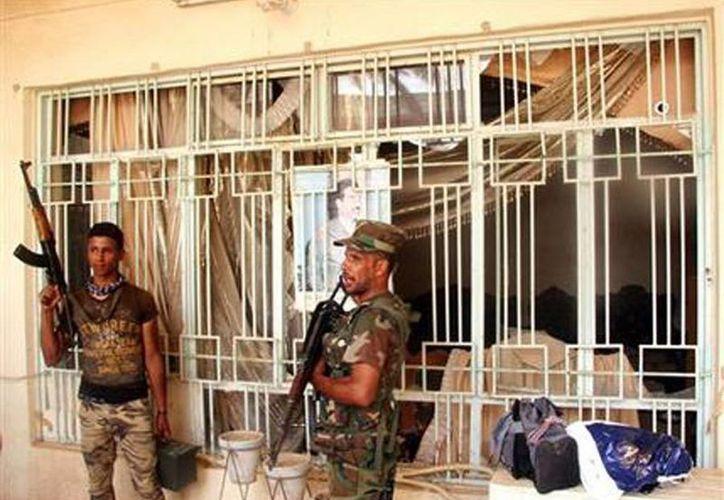 Fotografía de milcianos chiíes apoyados por fuerzas de seguridad iraquíes que llevan a cabo una inspección en busca de integrantes del grupo extremista Estado Islámico en el pueblo de Beiji, situado al norte de Bagdad, Irak. (Agencias)