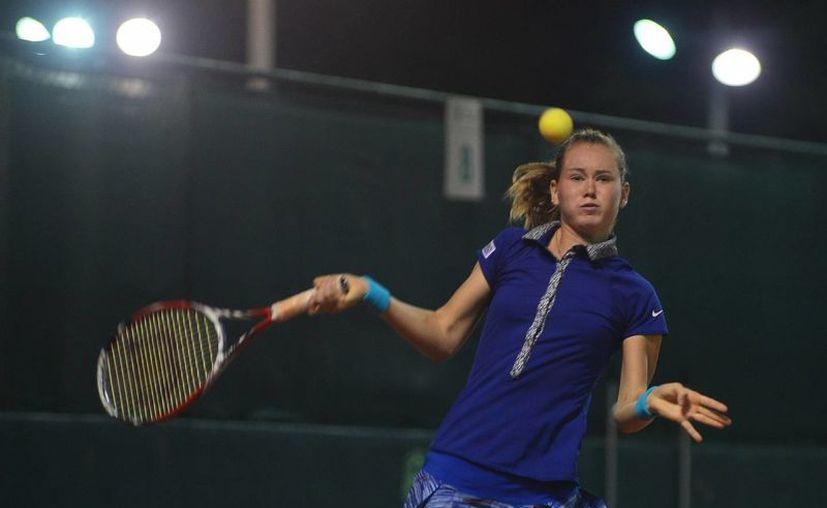 La checa Marie Bouzkova (imagen) venció a la australiana Destane Aiava en la Copa Mundial de Tenis en Yucatán. (Milenio Novedades)