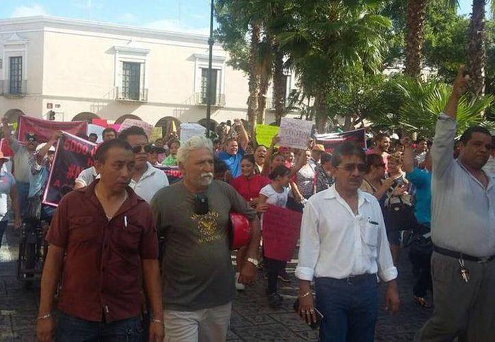 Cientos de locatarios caminaron en las calles del Centro Histórico de Mérida para manifestarse en contra del Ayuntamiento de Mérida. (Milenio Novedades)