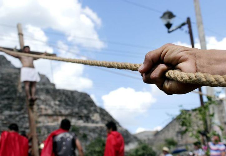 La crucifixión en Acanceh se ejecutó en la Plaza de las Tres Culturas, donde se mezcla lo maya, lo colonial español y lo contemporáneo. (Mario Escalante/SIPSE)