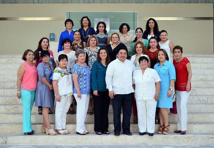 Damas promotoras de la IX Zona naval y Damas voluntarias de la X región militar estuvieron este miércoles en el Poder Judicial para conocer en persona el trabajo que ahí se realiza. (Foto cortesía del Gobierno de Yucatán)