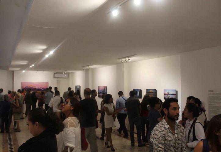 Muchas personas acudieron a la inauguración de la exhibición fotográfica. (Faride Cetina/SIPSE)