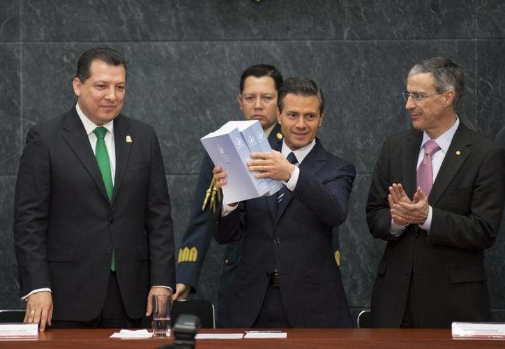 Peña Nieto presidió el informe de actividades del titular de la CNDH, Raúl Plascencia Villanueva, que se realizó en Los Pinos. (Presidencia)