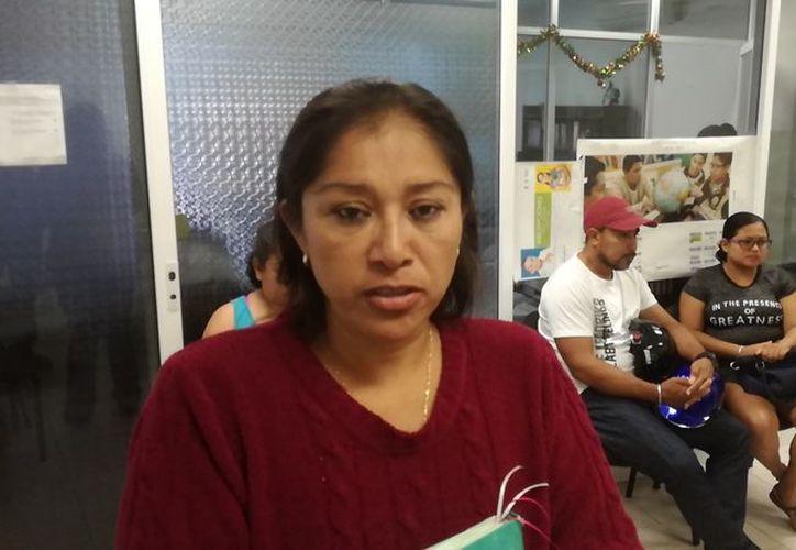 Algunos padres de familia buscaron llegar a las instalaciones de la SEQ a nivel local para quejarse. (Daniel Pacheco/ SIPSE)
