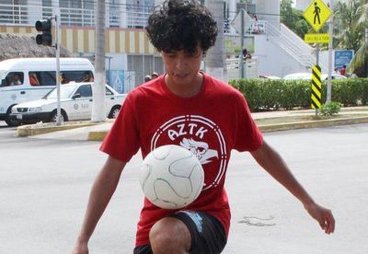 """Shizuo Chilian Rivera, dominador de balón en el modo """"freestyle"""", desea asistir al torneo de la especialidad que se realizará en Ámsterdam. (Rafael Acevedo/SIPSE)"""