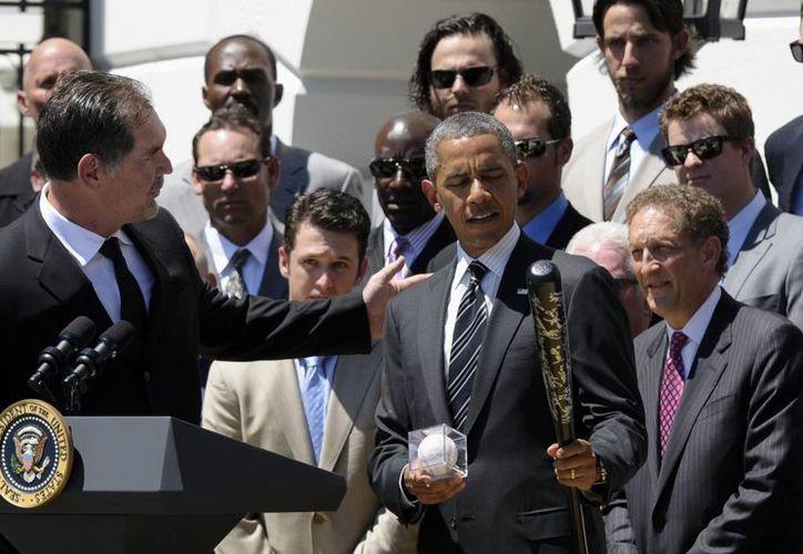 El presidente Obama recibió un bate autografiado por los jugadores de Gigantes de San Francisco que ganaron la Serie Mundial del 2012. (Agencias)