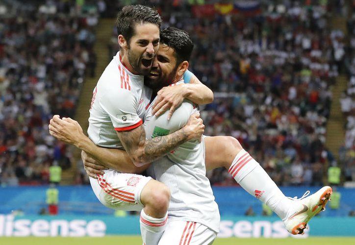 Diego Costa e Isco celebran el gol que daba tranquillidad a España (Foto: AP)