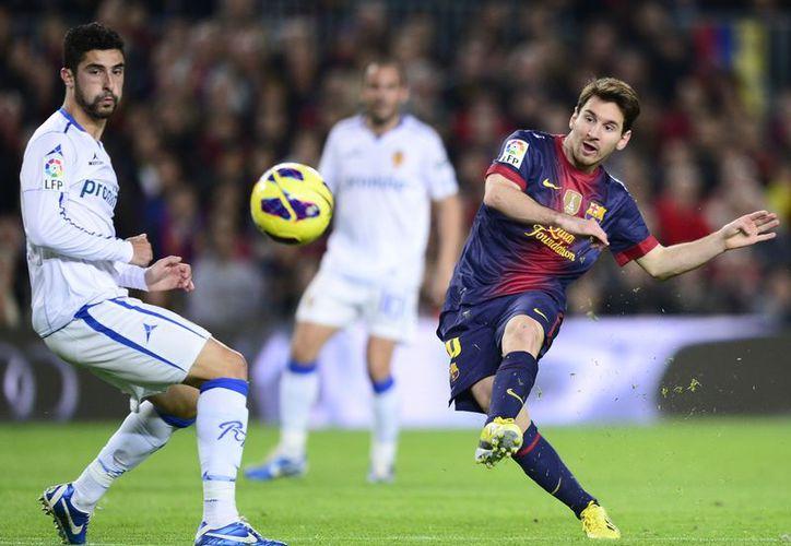 Momento en que Messi dispara para conseguir su segundo gol del partido frente a Zaragoza. (Agencias)