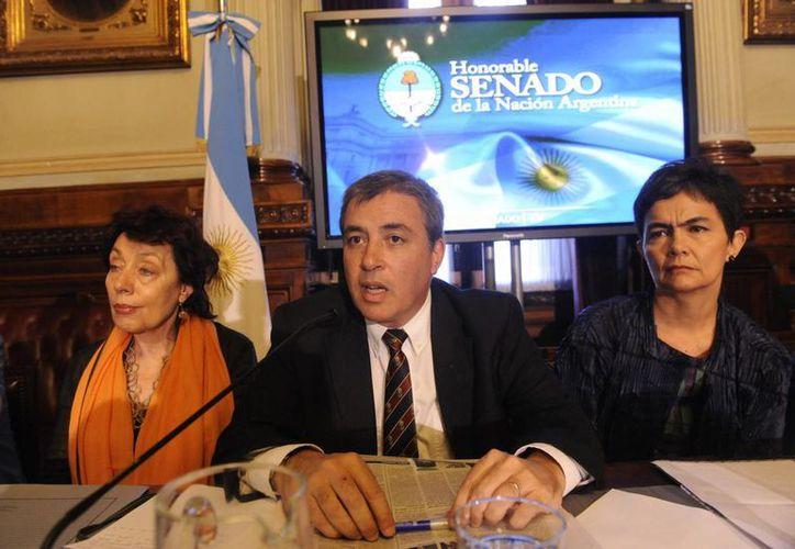 Al centro de la imagen, el presidente de la Comisión de Libertad de Prensa e Información de la SIP, Claudio Paolillo. (EFE/Archivo)