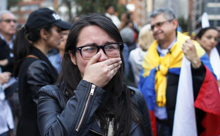 El resultado del plebiscito de este domingo en Colombia sorprendió a muchos, incluso a los sondeos que daban por segura la victoria del Sí. (AP/Ariana Cubillos)