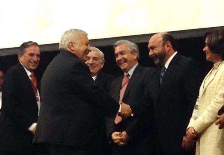 El secretario de Eduación, Emilio Chuayffet (i), saluda al diputado yucateco Luis Hevia Jiménez. (SIPSE)