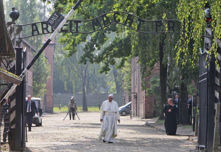 El Papa Francisco entra por la puerta del antiguo campo de concentración alemán nazi de Auschwitz en Oswiecim, Polonia. (Foto AP / Czarek Sokolowski)