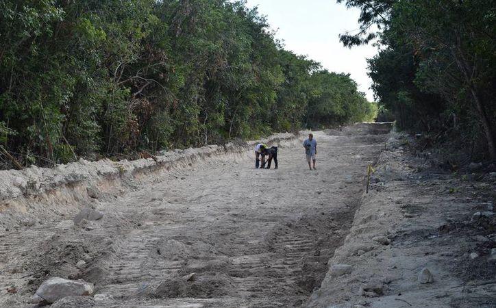 """La construcción de la carretera a la """"Laguna Ciega"""" está plagada de inconsistencias. (Gustavo Villegas/ SIPSE)"""