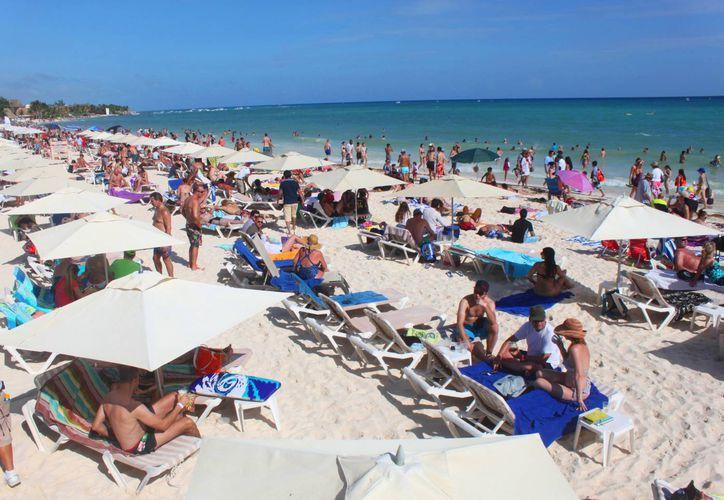 Las costas de Playa del Carmen lucieron llenas durante el último fin de semana de 2014. (Daniel Pacheco/SIPSE)
